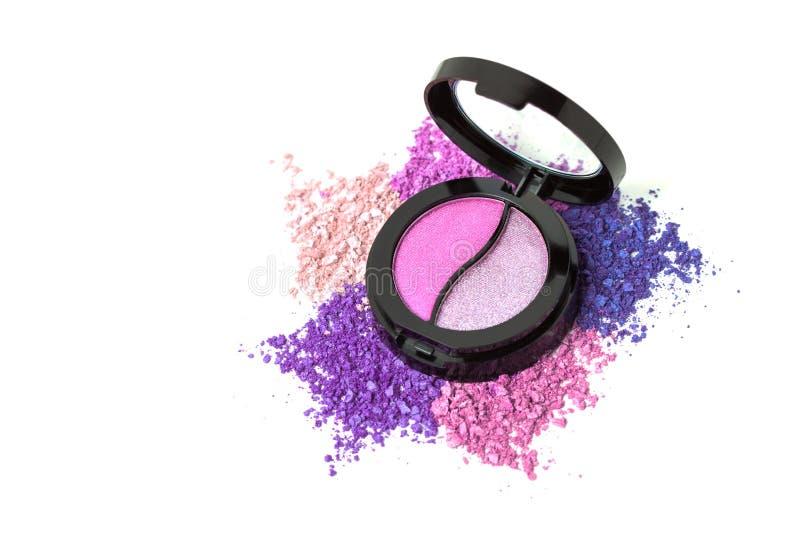 粉红彩笔在白色背景隔绝的眼影调色板 时尚化妆用品集合舱内甲板位置 顶视图 免版税库存图片