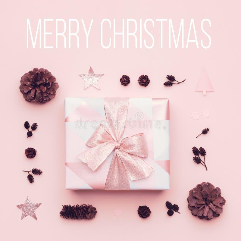 粉红彩笔最小的圣诞节背景 在粉红彩笔背景隔绝的美丽的圣诞节礼物 桃红色xmas礼物盒 免版税库存图片