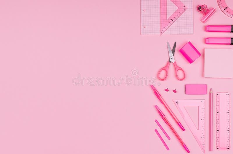 粉红彩笔颜色办公室文具在桃红色背景,做广告的,事务,设计,拷贝空间概念艺术设置了 免版税库存照片
