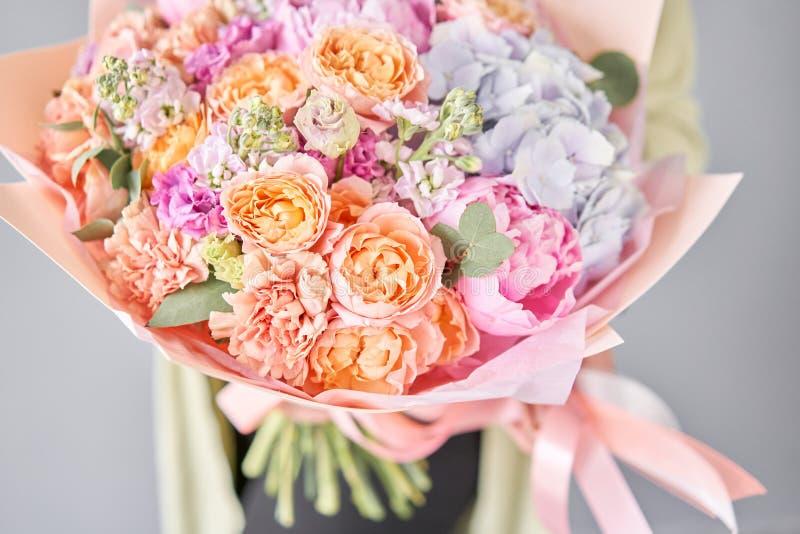 粉红牡丹绣球 女人手中一束鲜花 花店概念 帅气的新鲜 免版税图库摄影