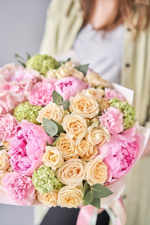 粉红牡丹绣球 女人手中一束鲜花 花店概念 帅气的新鲜 免版税库存照片