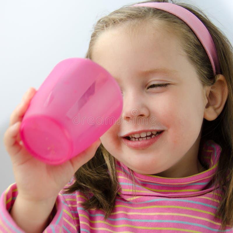 粉红色的俏丽的女孩完成她的牛奶 库存照片