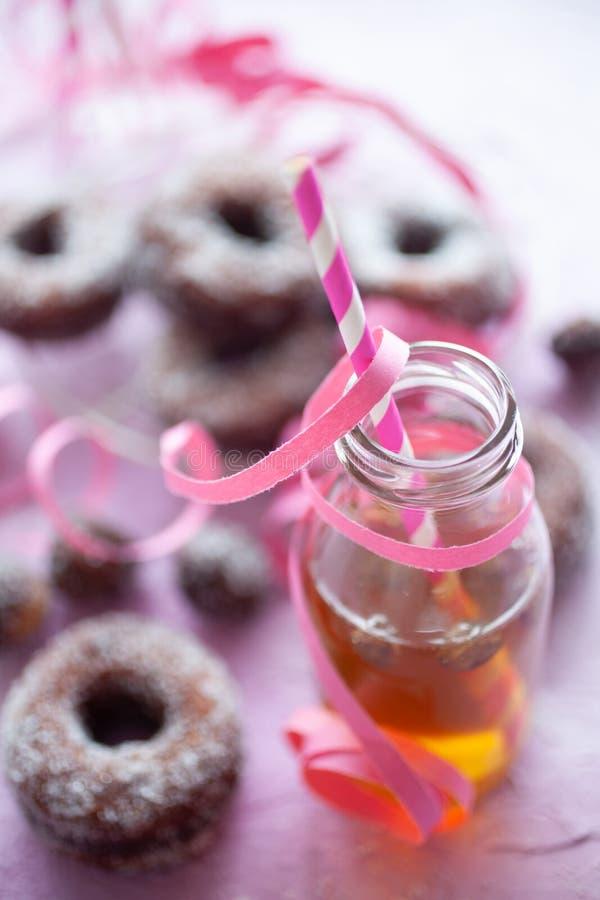 粉红色背景中的甜甜圈 库存图片