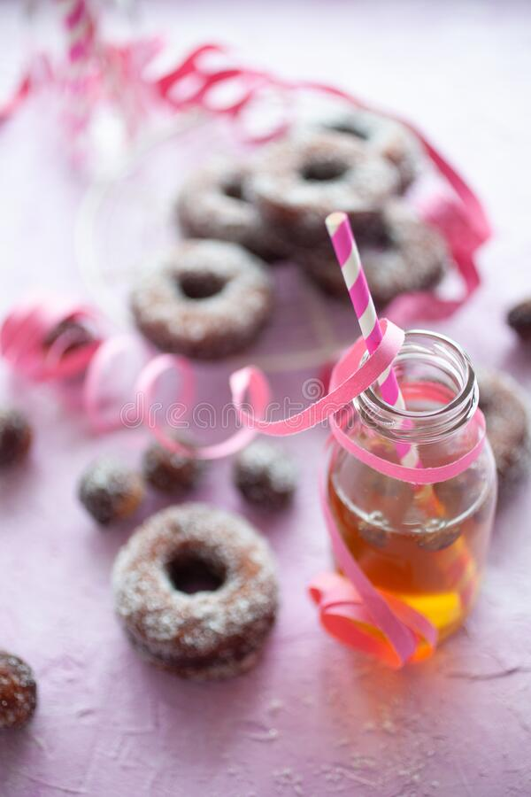 粉红色背景中的甜甜圈 免版税库存照片