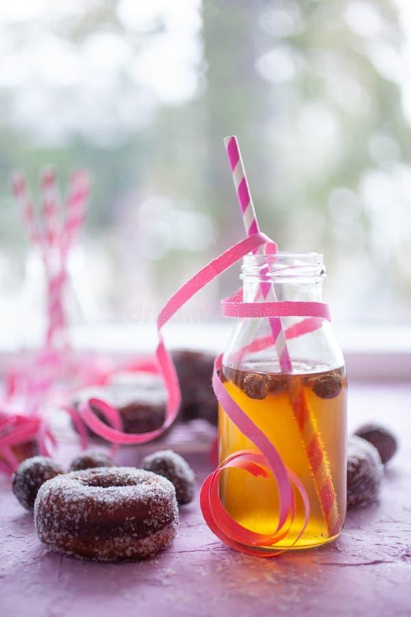 粉红色背景中的甜甜圈 库存照片
