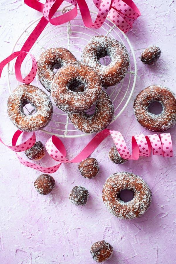 粉红色背景中的甜甜圈 免版税库存图片