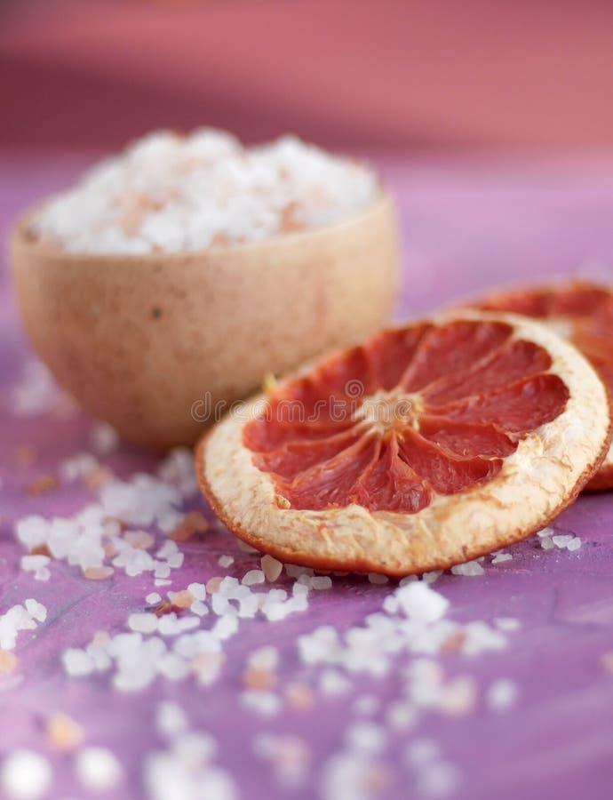 粉红色葡萄柚和愈合桃红色盐 库存照片