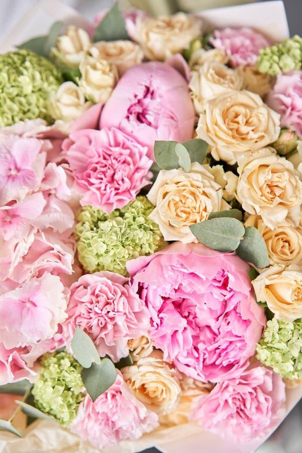粉色牡丹和绣球花 女人手中一束鲜花 花店概念 帅 免版税库存照片