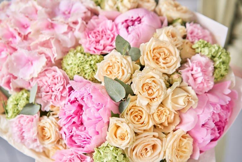 粉色牡丹和绣球花 女人手中一束鲜花 花店概念 帅 库存图片