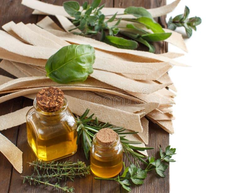 整粒工匠面团、橄榄油和草本 免版税图库摄影