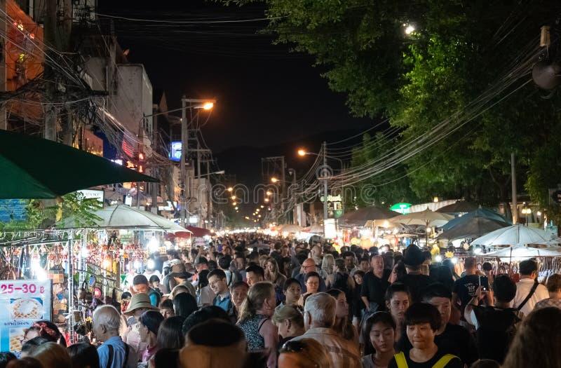 粒状图象在亚洲夜市场上拥挤了街道 免版税图库摄影
