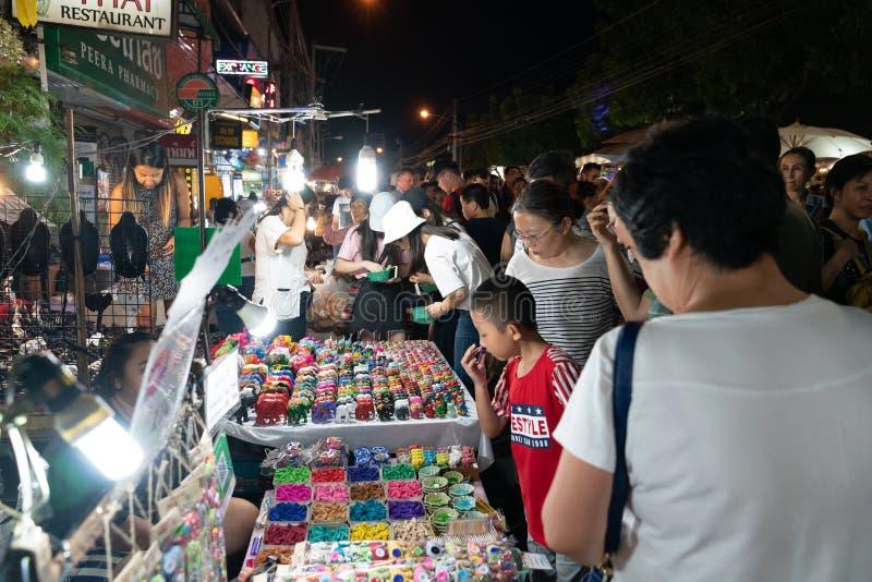 粒状图象拥挤了街道的真正的人在亚洲夜市场上 免版税库存图片
