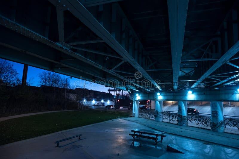 粗砂黑暗的芝加哥高速公路桥梁地下过道在晚上 库存图片