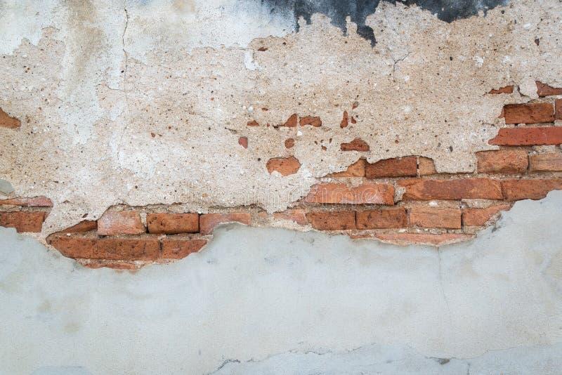 粗砺和损伤墙壁有混凝土和砖背景 免版税库存照片
