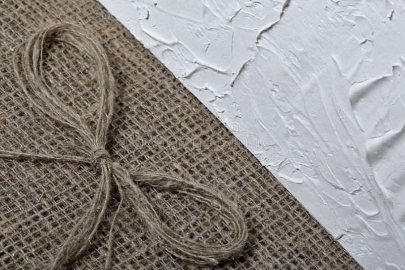 粗糙的亚麻制织品 它说谎亚麻制螺纹弓  免版税库存图片