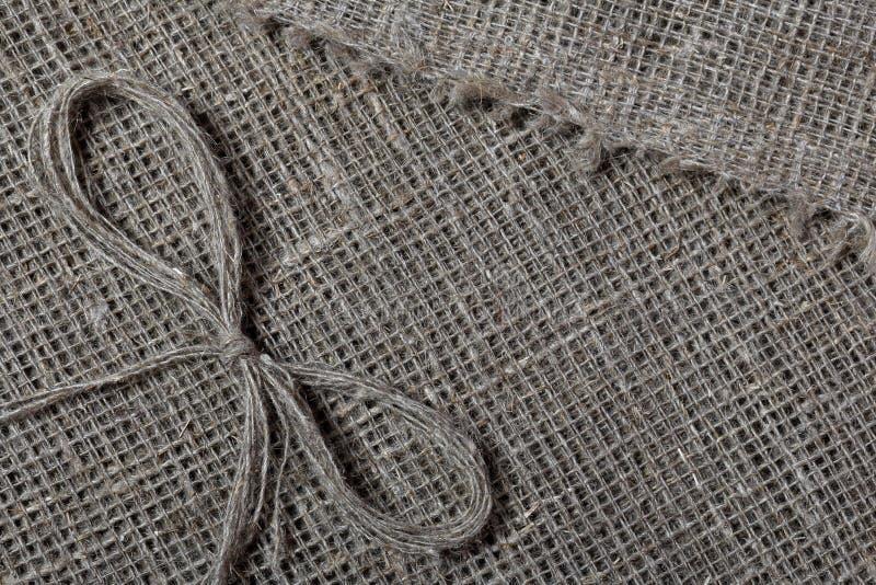 粗糙的亚麻制织品 它说谎亚麻制螺纹弓  免版税库存照片
