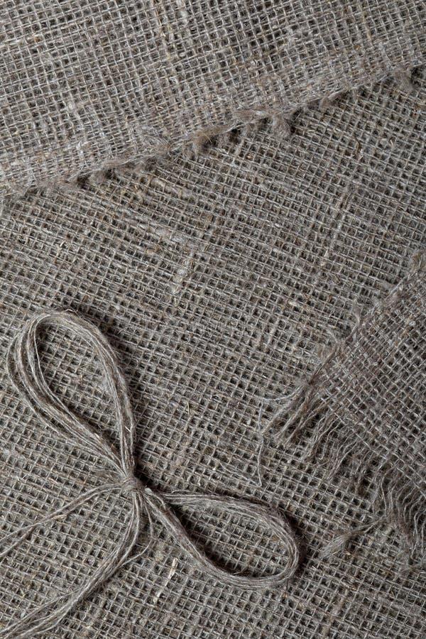 粗糙的亚麻制织品 它说谎亚麻制螺纹弓  免版税图库摄影