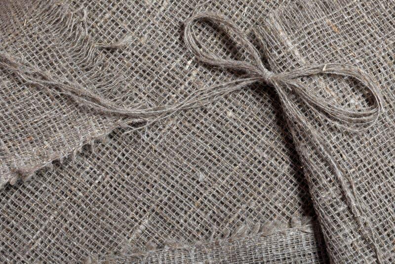 粗糙的亚麻制织品 它说谎亚麻制螺纹弓  图库摄影