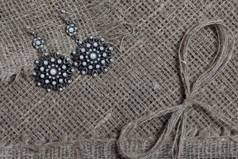 粗糙的亚麻制织品 它说谎亚麻制螺纹弓  库存图片