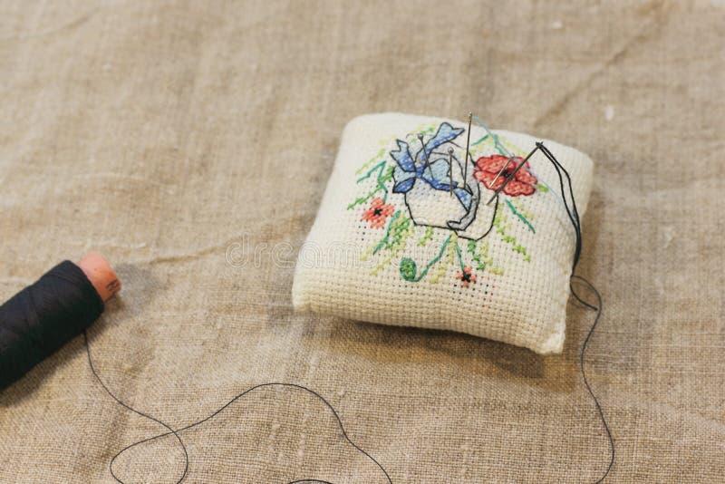 粗糙的布料背景与手刺绣的 库存照片