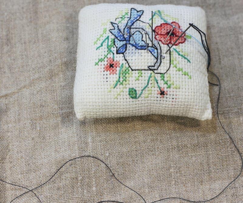 粗糙的布料背景与手刺绣的 图库摄影