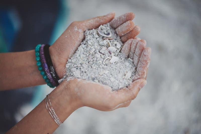 粗糙的白色沙子的心脏 免版税库存图片