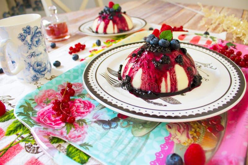 粗面粉布丁用莓果调味和新鲜的莓果 图库摄影