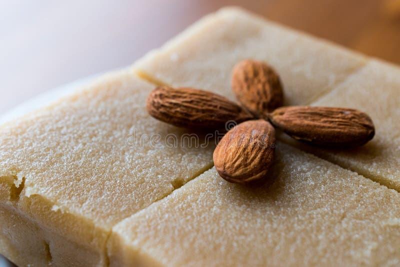 粗面粉Halva用在正方形切的杏仁 库存图片