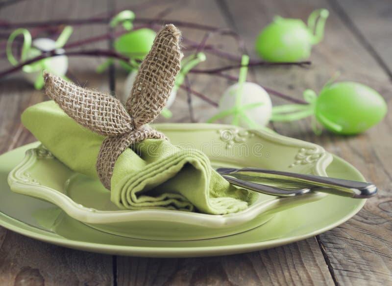 粗麻布兔宝宝套餐巾用的小环 复活节桌设置 免版税库存照片