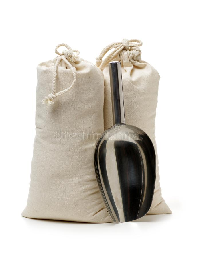 粗麻布大袋和不锈钢铁锹 免版税库存照片