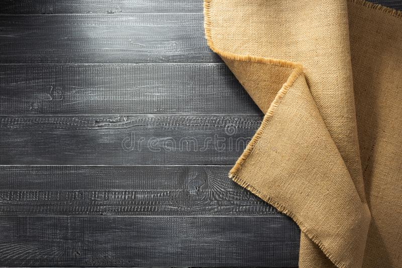 粗麻布黑森州袋装在木头 免版税库存图片