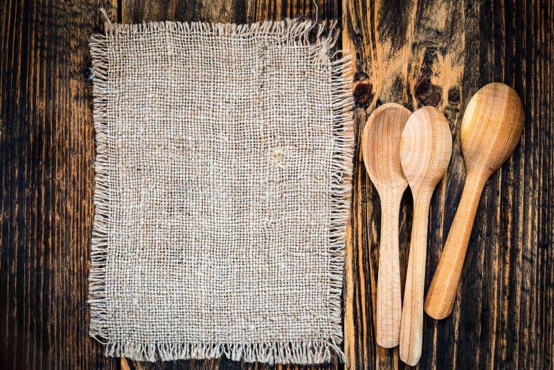 粗麻布和农村厨房器物在木桌视图从上面 库存图片