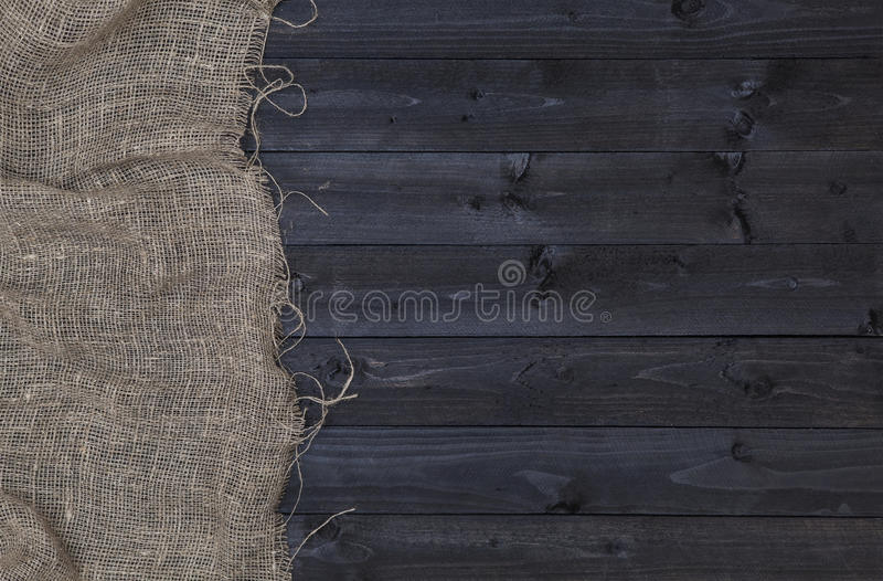 粗麻布粗麻布或袋装在黑暗的木背景 库存照片