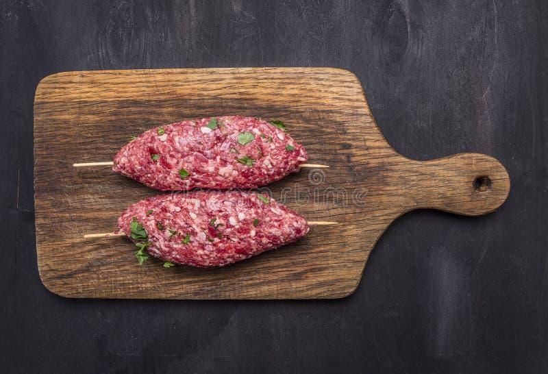 粗暴kebab串葡萄酒切板木土气背景顶视图关闭 图库摄影