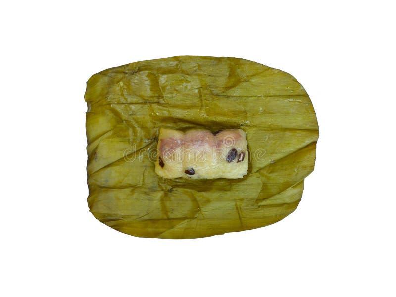 粥领带,泰国点心,在白色隔绝的香蕉叶子的蒸的黏米饭 免版税图库摄影