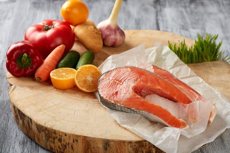 粮食有用在木背景的纸生物袋子 图库摄影