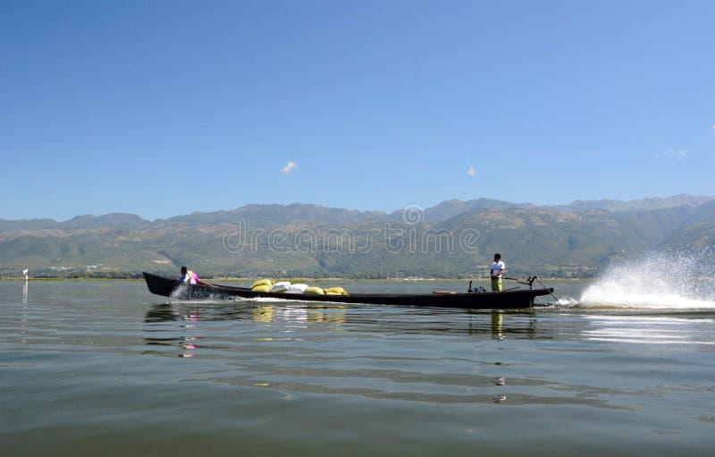 粮食运输  Inle湖 缅甸 免版税库存照片