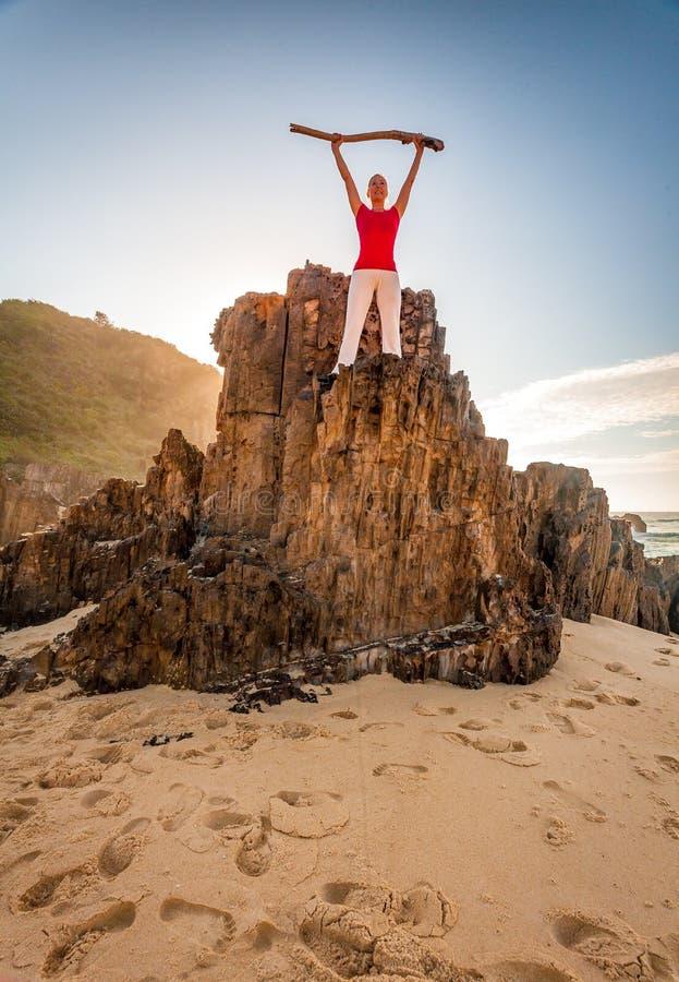 精力充沛的有动机的妇女健身海滩 免版税库存照片