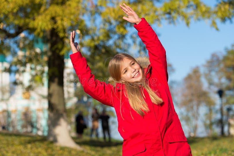 精力充沛的能量 保留身体温暖的衣裳秋天天 秋天成套装备概念 孩子女孩秋天季节的穿戴外套 图库摄影