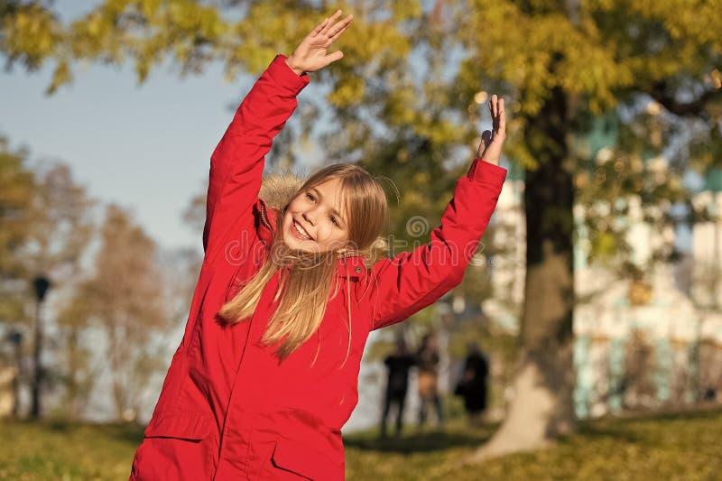 精力充沛的能量 保留身体衣服暖和秋天天 秋天成套装备概念 孩子女孩秋天季节的穿戴外套 库存图片