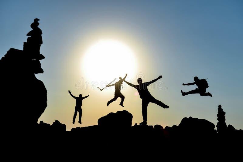 精力充沛,动态和乐趣登山人 免版税图库摄影
