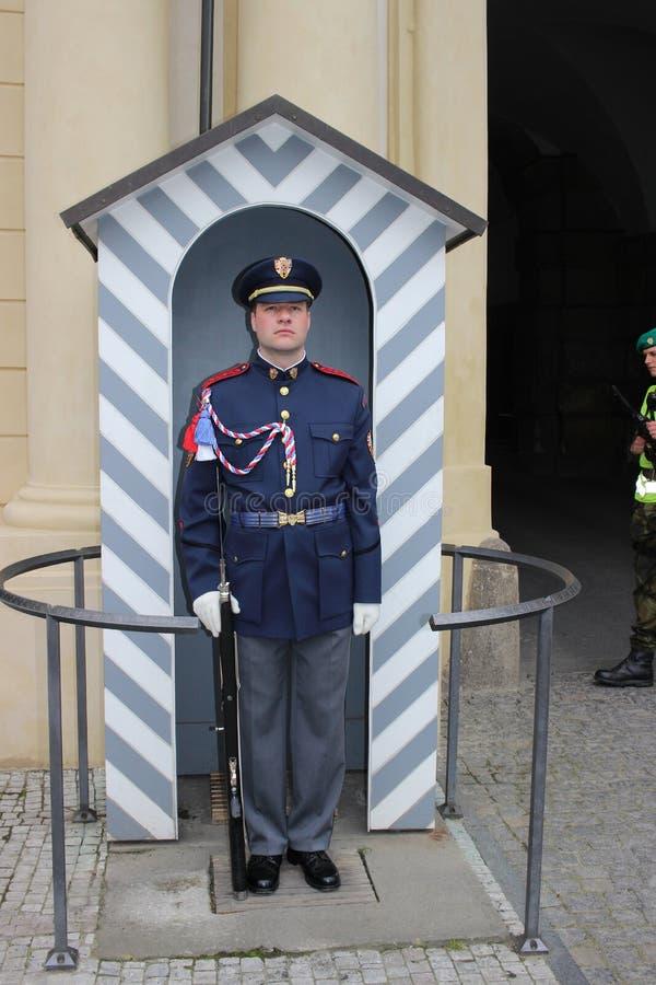精华在布拉格城堡E前面的布拉格城堡卫兵的战士 库存图片