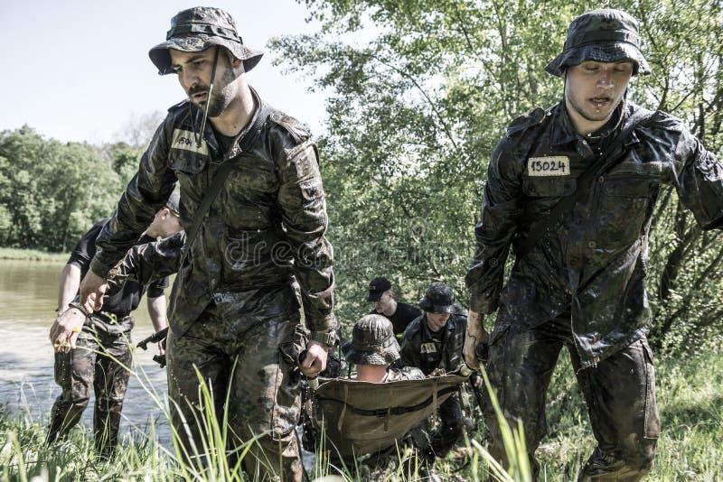 精华挑战-军事训练,竞争平民 库存图片