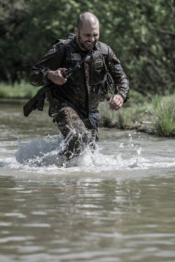 精华挑战-军事训练,竞争平民 库存照片