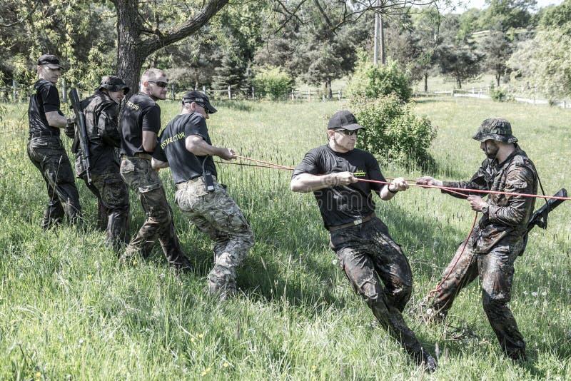 精华挑战-军事训练,竞争平民 免版税库存图片