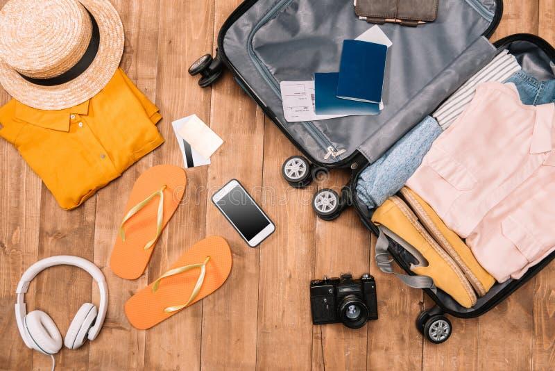 精华顶视图游人的有衣裳、辅助部件和小配件的,钱包,护照,在袋子的智能手机 图库摄影