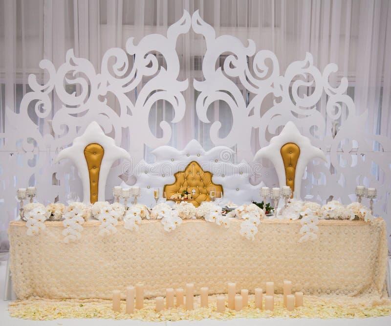 精妙地与蜡烛和bou的装饰的婚姻的桌设置 免版税库存图片