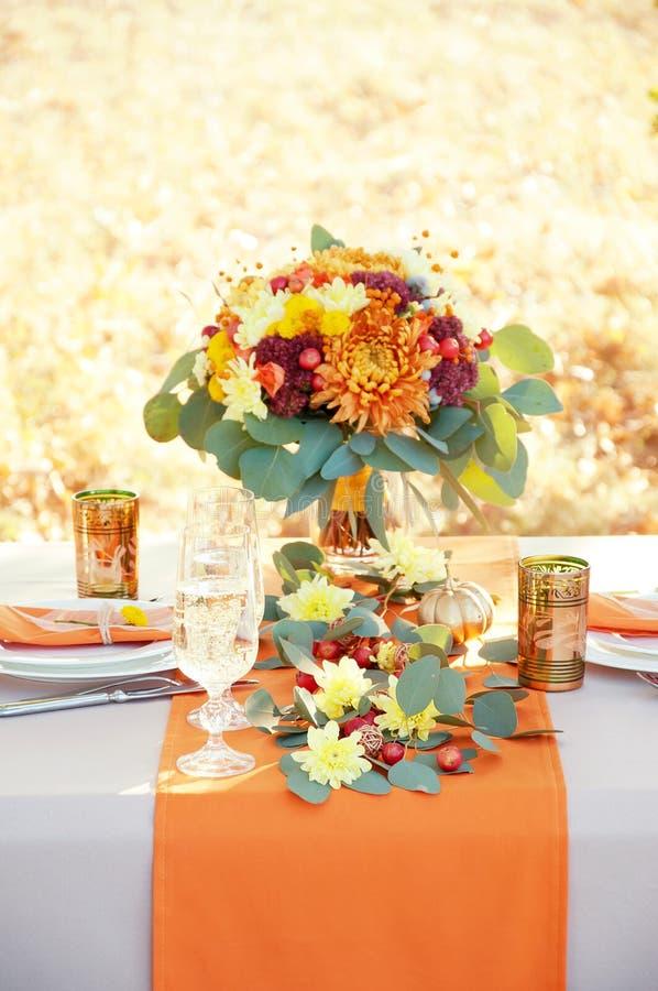 精妙地两的装饰的桌 秋天主题的桌设置 免版税库存照片