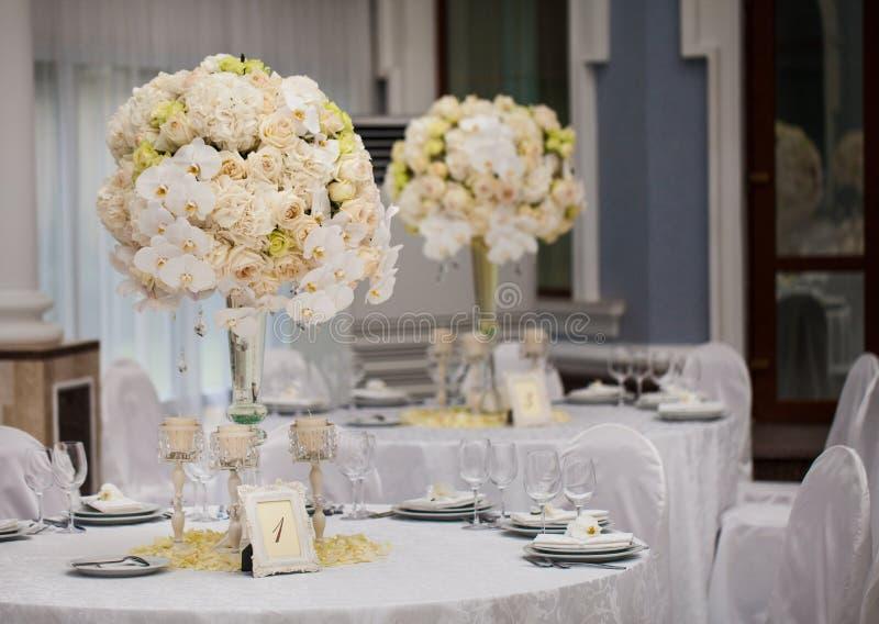 精妙地装饰的婚姻的桌设置 免版税图库摄影