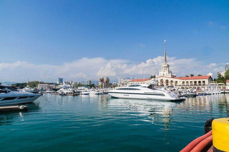 精密小船和游艇在码头海港索契;俄罗斯 库存照片